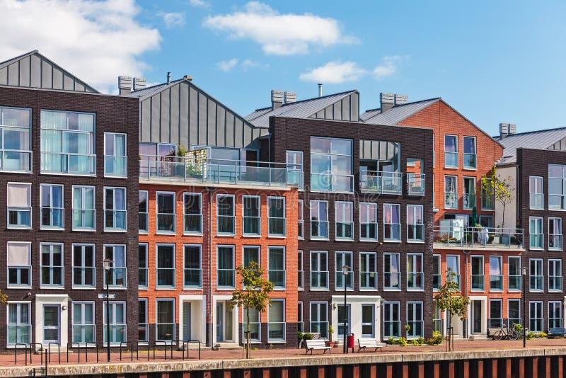 Maisons néerlandaises modernes de canal photo stock