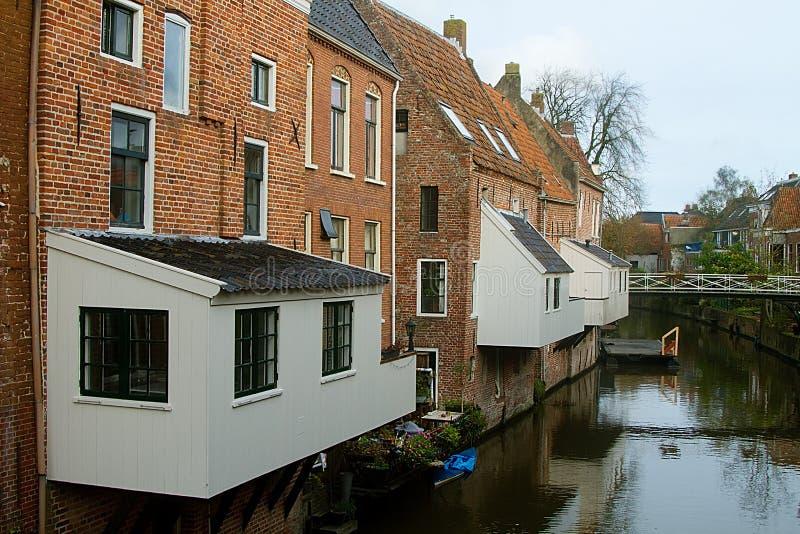 Maisons néerlandaises traditionnelles à côté d'un canal images stock
