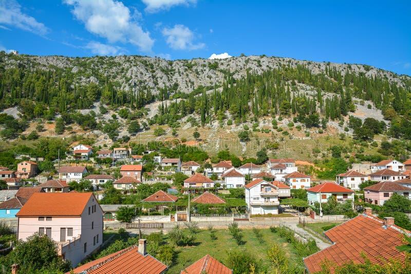 Maisons ordonnées dans la petite ville Trebinje, Bosnie-Herzégovine photos libres de droits