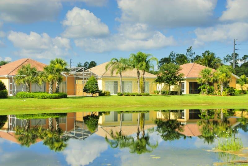 Maisons par le lac photographie stock libre de droits