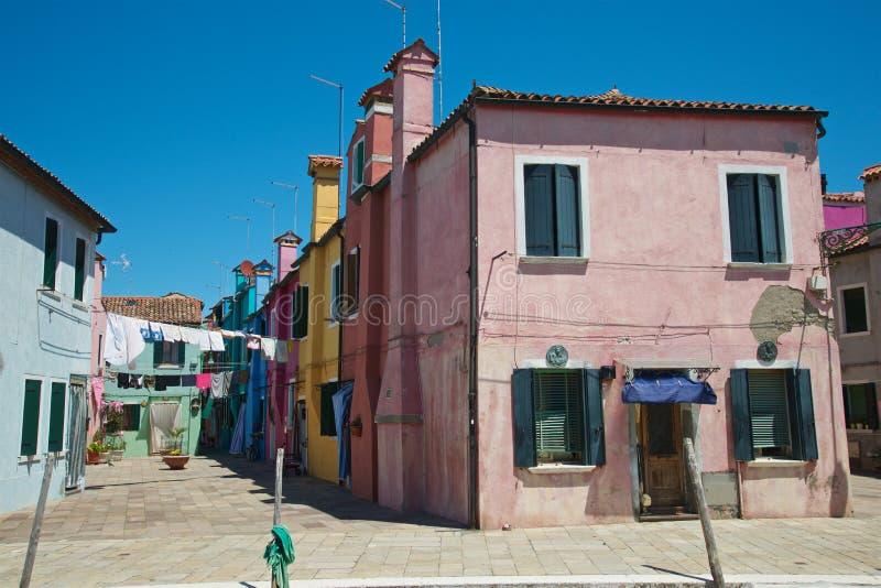 Maisons peintes et lavage photographie stock