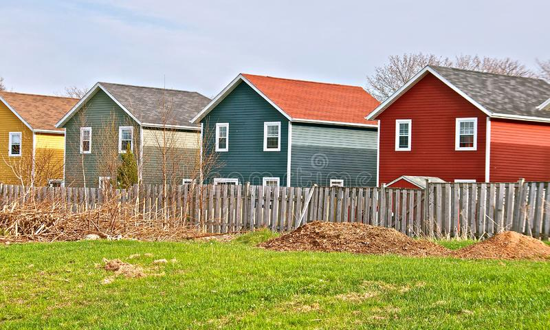 Maisons plaquées colorées dans la campagne photographie stock libre de droits