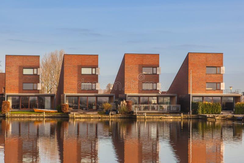 Download Maisons Résidentielles Contemporaines Dans Une Rangée Photo stock - Image du neuf, horizontal: 45350480