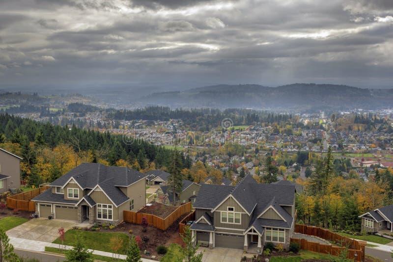Maisons résidentielles de vallée heureuse dans l'automne photographie stock libre de droits