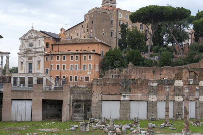 Maisons résidentielles et vieilles à Rome près de la ville hôtel de l'Italie image stock
