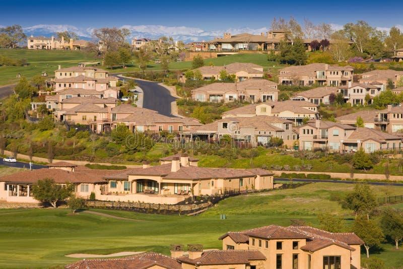 Maisons résidentielles sur un terrain de golf accidenté image stock