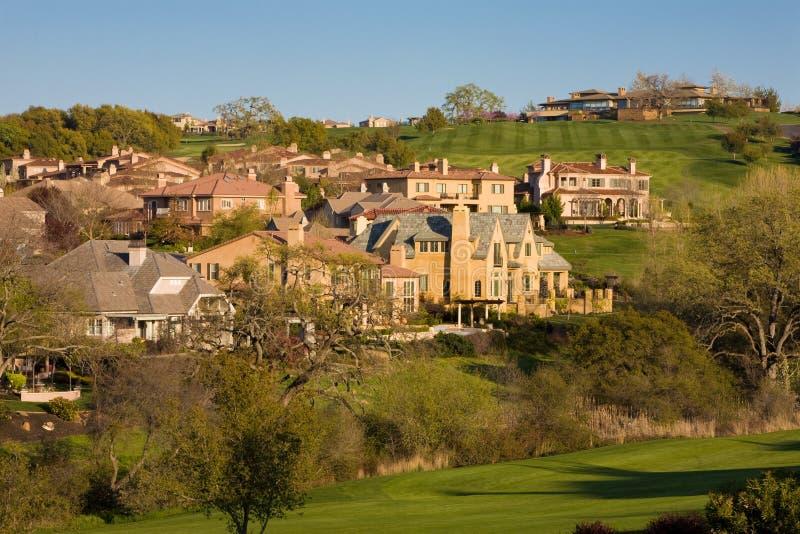 Maisons résidentielles sur un terrain de golf accidenté images stock