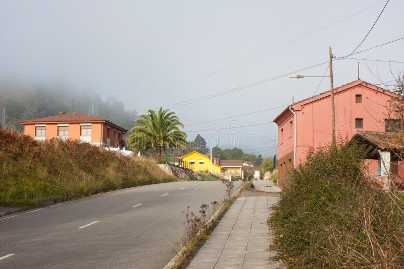 Maisons roses le long de la route à Gallegos, Asturies photo libre de droits