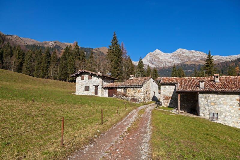 Maisons rurales dans un horizontal de montagne photographie stock