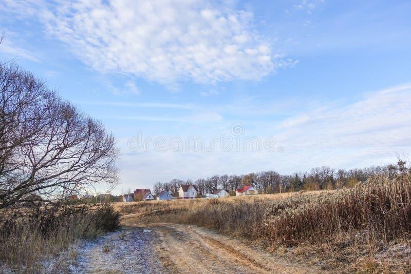 Maisons rurales près de l'automne en retard de forêt Paysage idéal Région de la Russie, Moscou image libre de droits