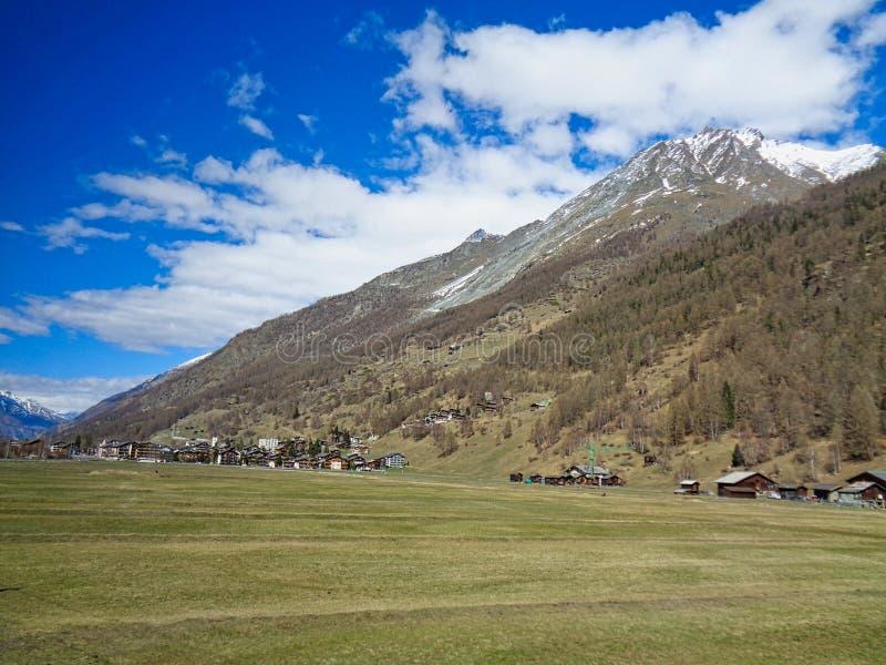 maisons suisses dans les alpes images libres de droits