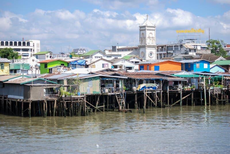 Maisons sur Chao Phraya River photos stock