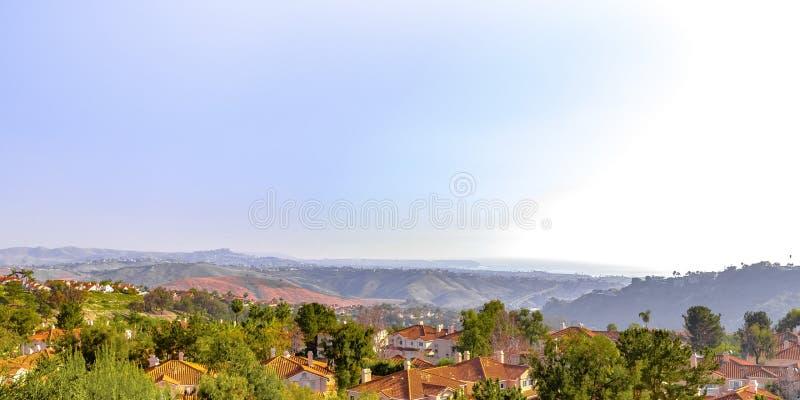 Maisons sur des vues de colline et de ciel à San Clemente CA image libre de droits
