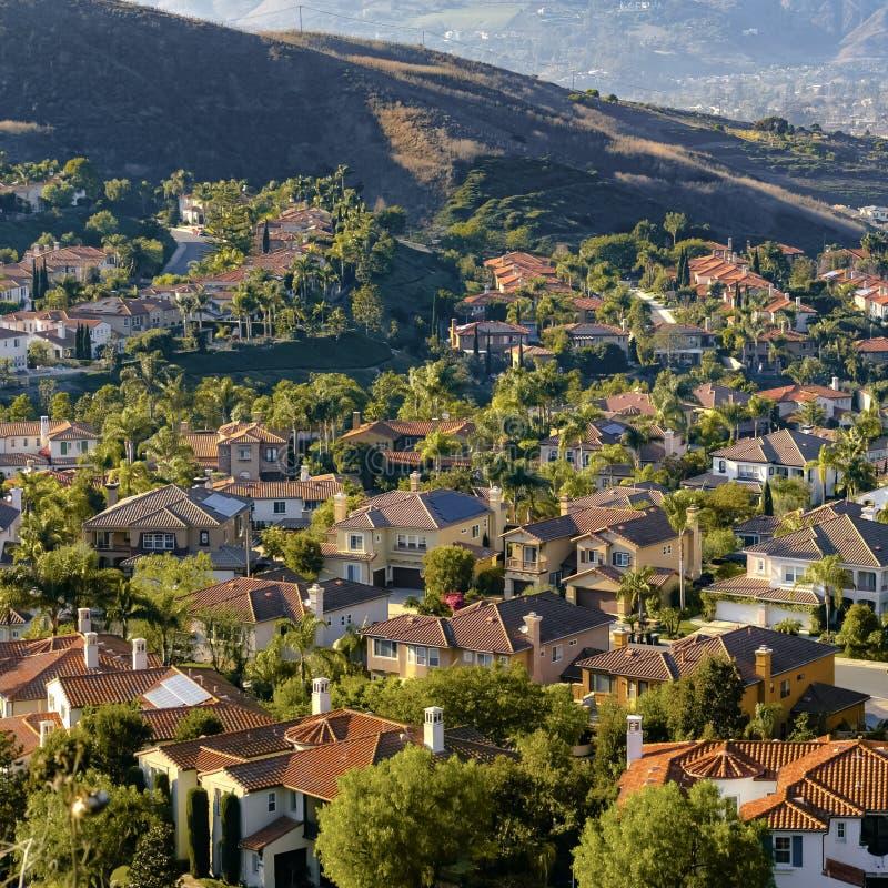 Maisons sur une colline dans San ensoleillé Clemente California photos libres de droits