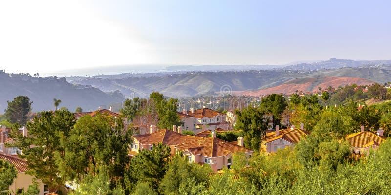 Maisons sur une colline en San Clemente California images libres de droits
