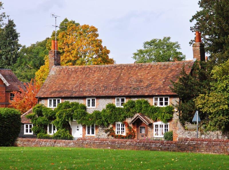 Maisons sur une rue anglaise de village photos stock