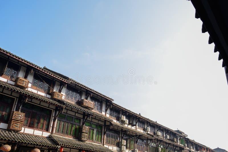 Maisons traditionnelles chinoises racontées le long de rue en hiver ensoleillé photo libre de droits