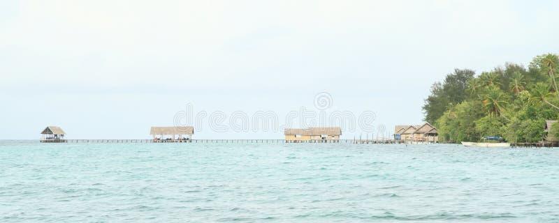 Maisons traditionnelles dans la station de vacances de Kri Eco images libres de droits
