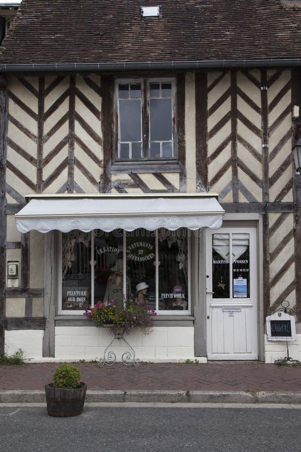 Maisons traditionnelles dans le village médiéval d'en Auge de Beuvron dans des Frances de la Normandie images libres de droits