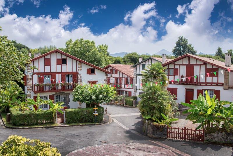 Maisons traditionnelles de Labourdine dans le village d'Espelette, France images stock