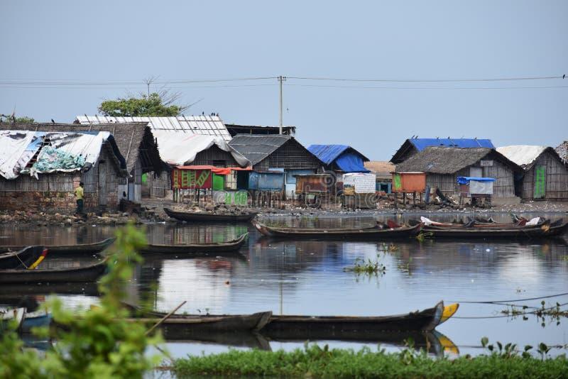 Maisons traditionnelles de pêcheurs avec leur baquet photographie stock libre de droits