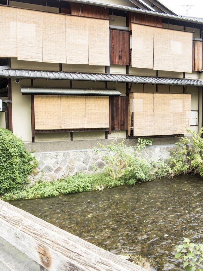 Maisons traditionnelles en bois le long de canal de Shirakawa dans vieux Gion image stock
