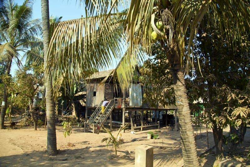 Maisons tranquilles cambodgiennes de village dans la vie rurale images stock