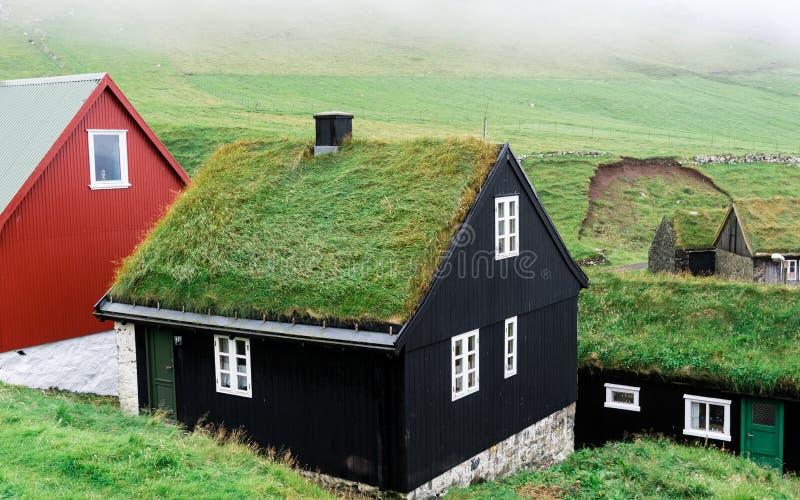 Maisons typiques avec le toit d'herbe dans les Iles Féroé photographie stock libre de droits