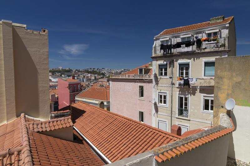 Maisons typiques de Lisbonne avec le toit rouge images libres de droits