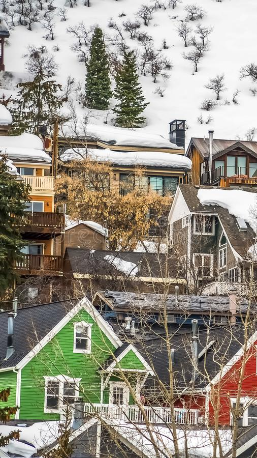 Maisons verticales de cadre avec les murs extérieurs colorés construits sur la montagne avec la neige épaisse en hiver photo libre de droits