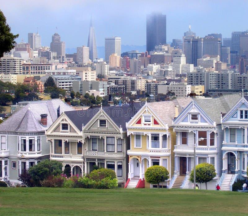 Maisons victoriennes et horizon de San Francisco photographie stock libre de droits