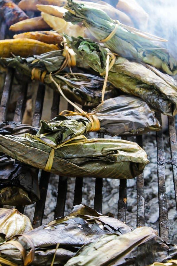 Maito slogg in i banansidor som förbereddes till parrilaen royaltyfria foton