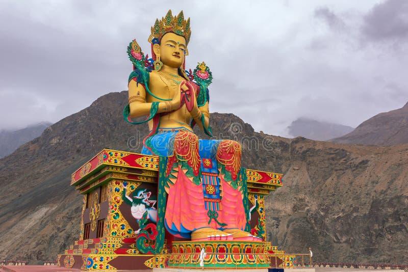 Maitreya Buddha statua z himalaje górami w plecy przy Diskit monasterem, Nubra dolina, Ladakh obrazy stock