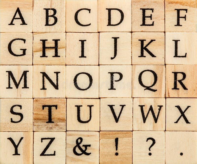 Maiuscola di alfabeto inglese, fondo di scritto tipografico di legno isolato fotografie stock libere da diritti