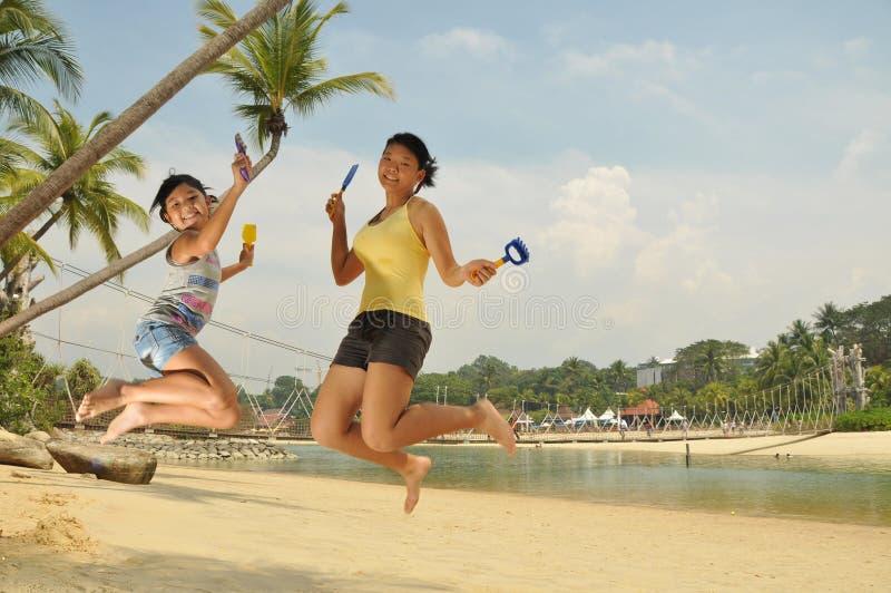 mają potomstwa zabaw plażowe dziewczyny zdjęcie royalty free