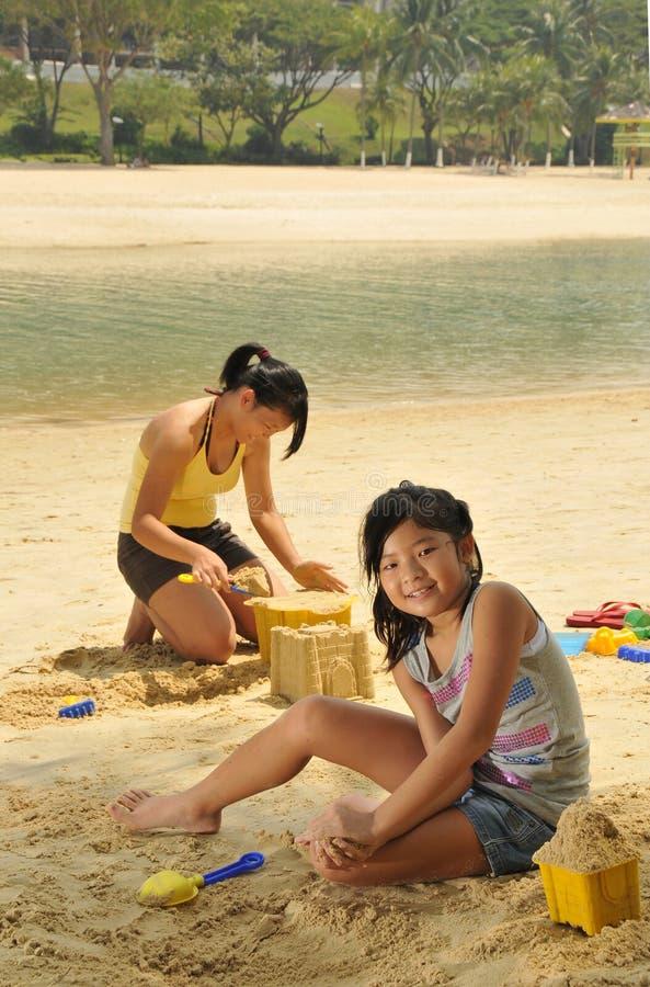 mają potomstwa zabaw plażowe dziewczyny zdjęcia stock