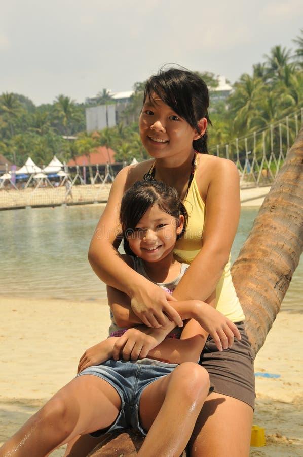 mają potomstwa zabaw plażowe dziewczyny fotografia stock