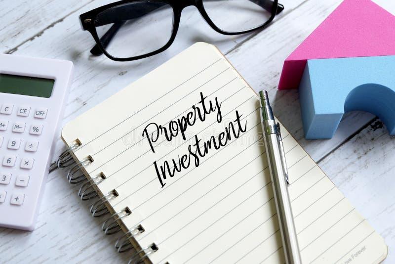 Majątkowa inwestycja pisać na notatniku Biznesu i finanse pojęcie obrazy stock