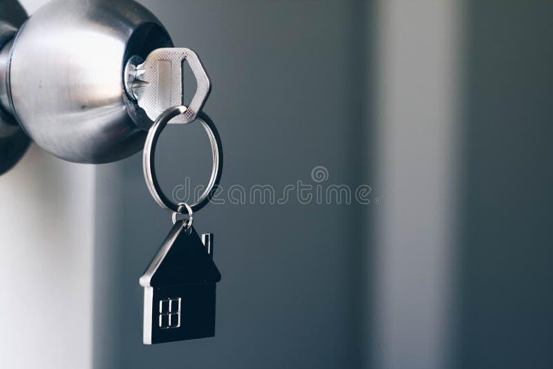 Majątkowy pojęcie, Domowy klucz z metalu domu keychain w keyhole fotografia royalty free