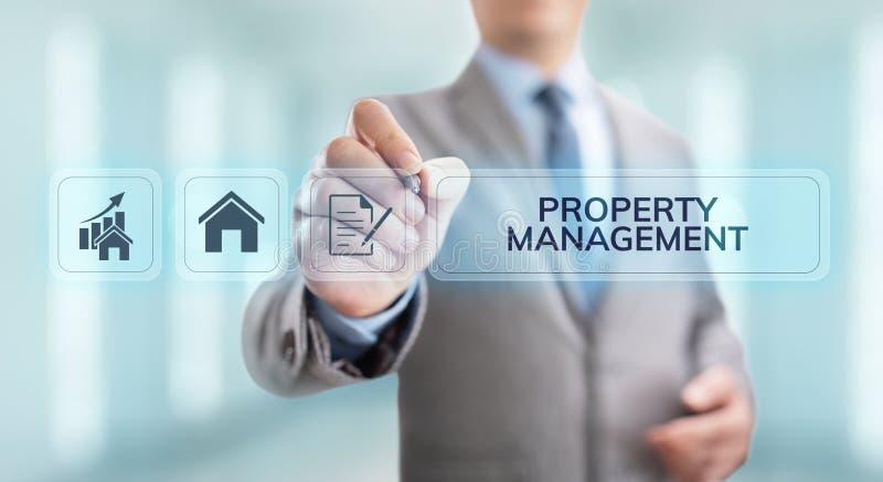 Majątkowy zarządzanie Jest operacją, kontrolą i nadzorem nieruchomość, pojęcia prowadzenia domu posiadanie klucza złoty sięgający zdjęcia stock