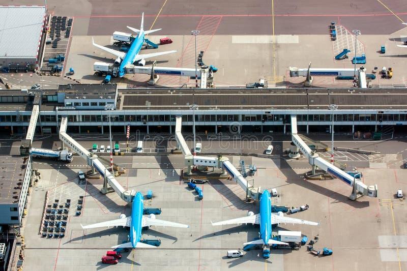 Maj 11, 2011, Amsterdam, Nederländerna Flyg- sikt av den Schiphol Amsterdam flygplatsen med nivåer från KLM arkivfoto