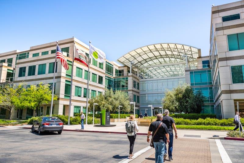 Maj 2, 2019 Cupertino/CA/USA - Apple universitetsområde i Silicon Valley, oändlighetsögla en, södra San Francisco Bay område arkivfoton
