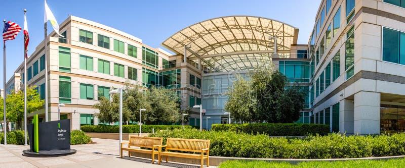 Maj 2, 2019 Cupertino/CA/USA - Apple universitetsomr?de i Silicon Valley, o?ndlighets?gla en, s?dra San Francisco Bay omr?de arkivbilder