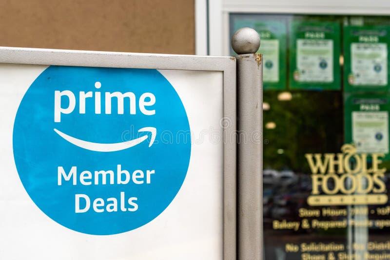 Maj 17, 2019 Cupertino/CA/USA - tecknet för Amazon Primemedlemavtal visade in på ingången av ett Whole Foods lager i söder arkivfoto