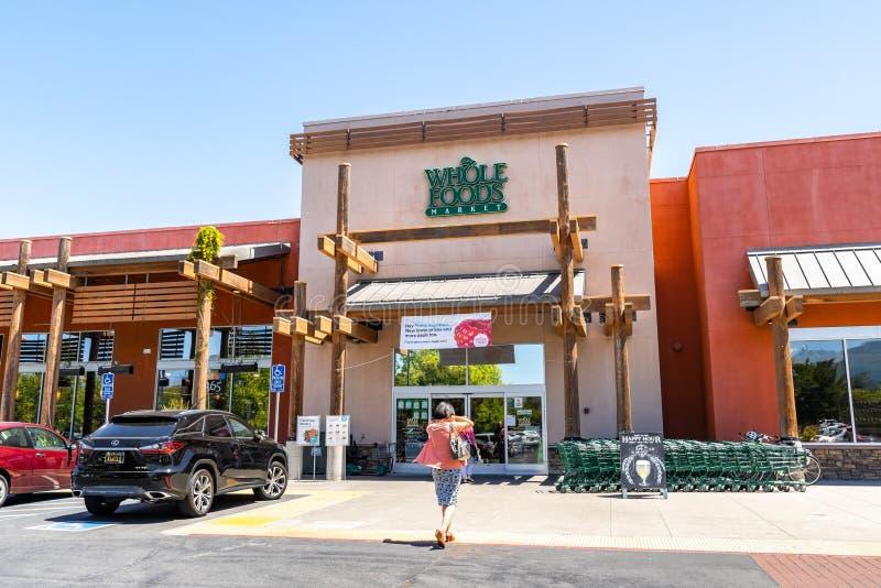Maj 2, 2019 Cupertino/CA/USA - Whole Foods lager som visar en annons för främsta medlemavtal ovanför ingången arkivfoto
