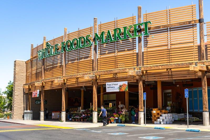 Maj 2, 2019 Cupertino/CA/USA - Whole Foods marknadslager som lokaliseras i södra San Francisco Bay område arkivfoton