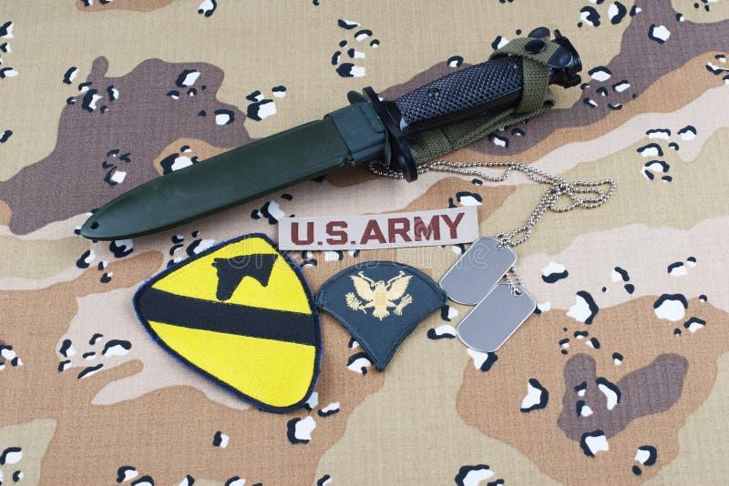Maj 12, 2018 Etiketter för bajonett och för hund för lapp för uppdelning för kavalleri för USA-ARMÉ 1st på ökenkamouflagelikformi arkivfoton