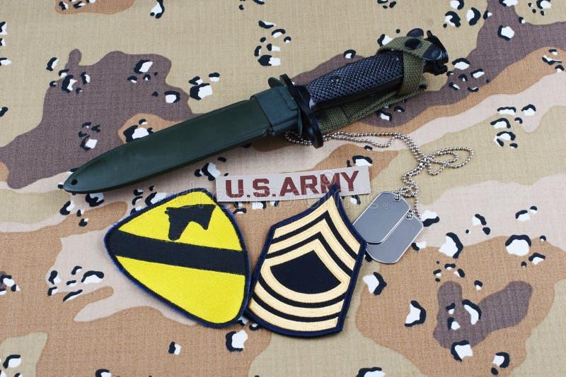Maj 12, 2018 Etiketter för bajonett och för hund för lapp för uppdelning för kavalleri för USA-ARMÉ 1st på ökenkamouflagelikformi royaltyfri fotografi