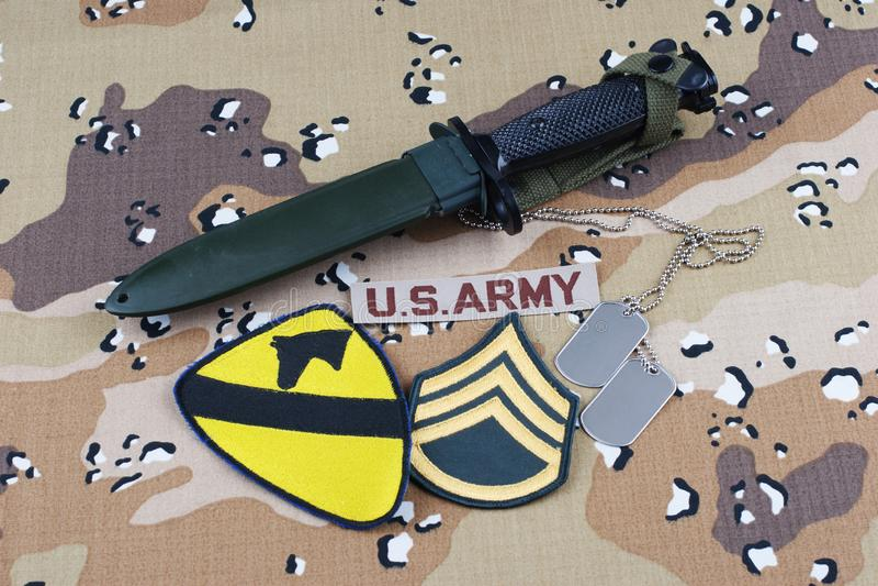 Maj 12, 2018 Etiketter för bajonett och för hund för lapp för uppdelning för kavalleri för USA-ARMÉ 1st på ökenkamouflagelikformi royaltyfri foto