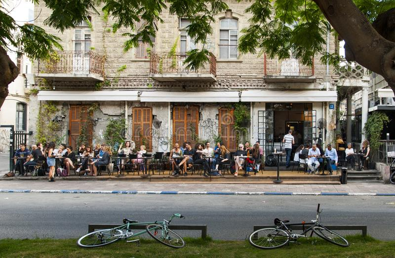 Maj 22, 2017 Folket sitter på tabeller utanför restaurangen på den Rothschild boulevarden i Tel Aviv israel arkivbilder